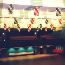 Plafond de ballons salle de spectacles