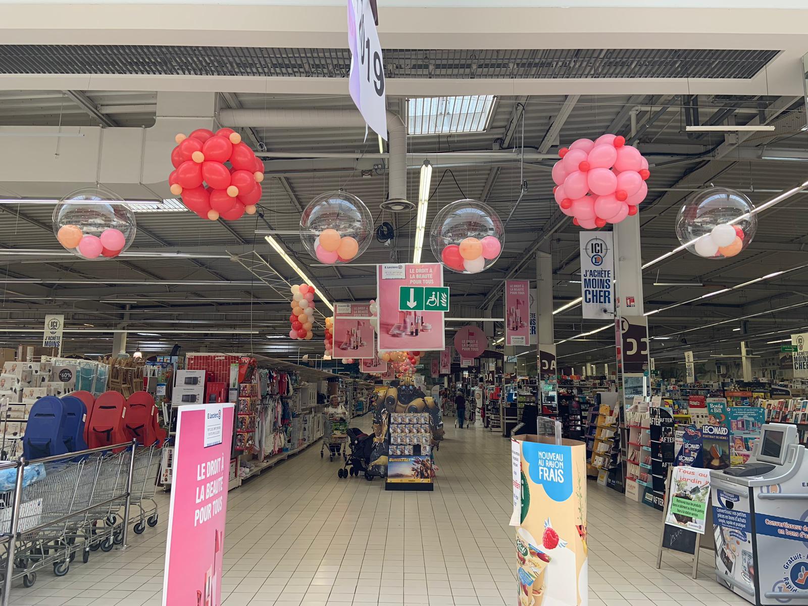 Décoration de ballons entrée magasin