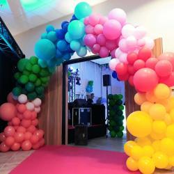 Arche multicolore pour soirée