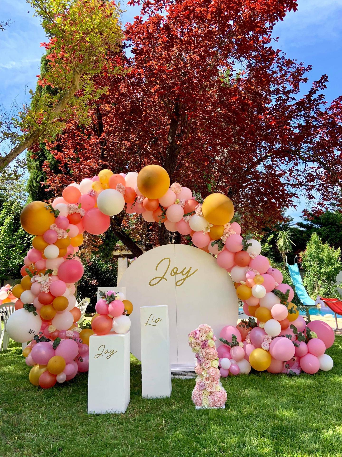 Arche organique fleurie avec ballons