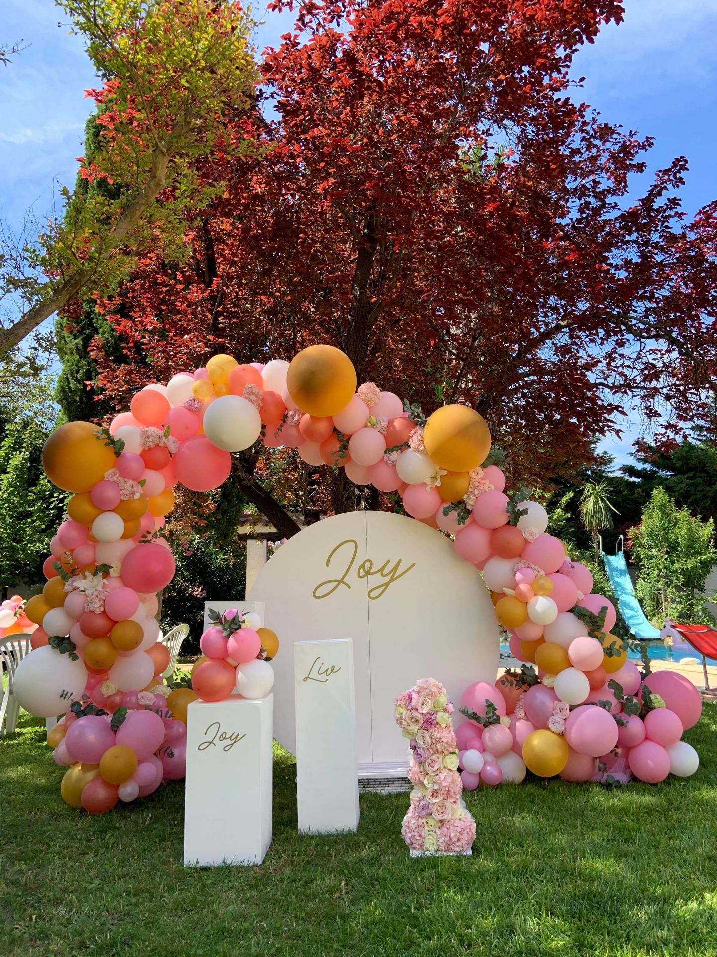 Arche de ballon organique et fleurs