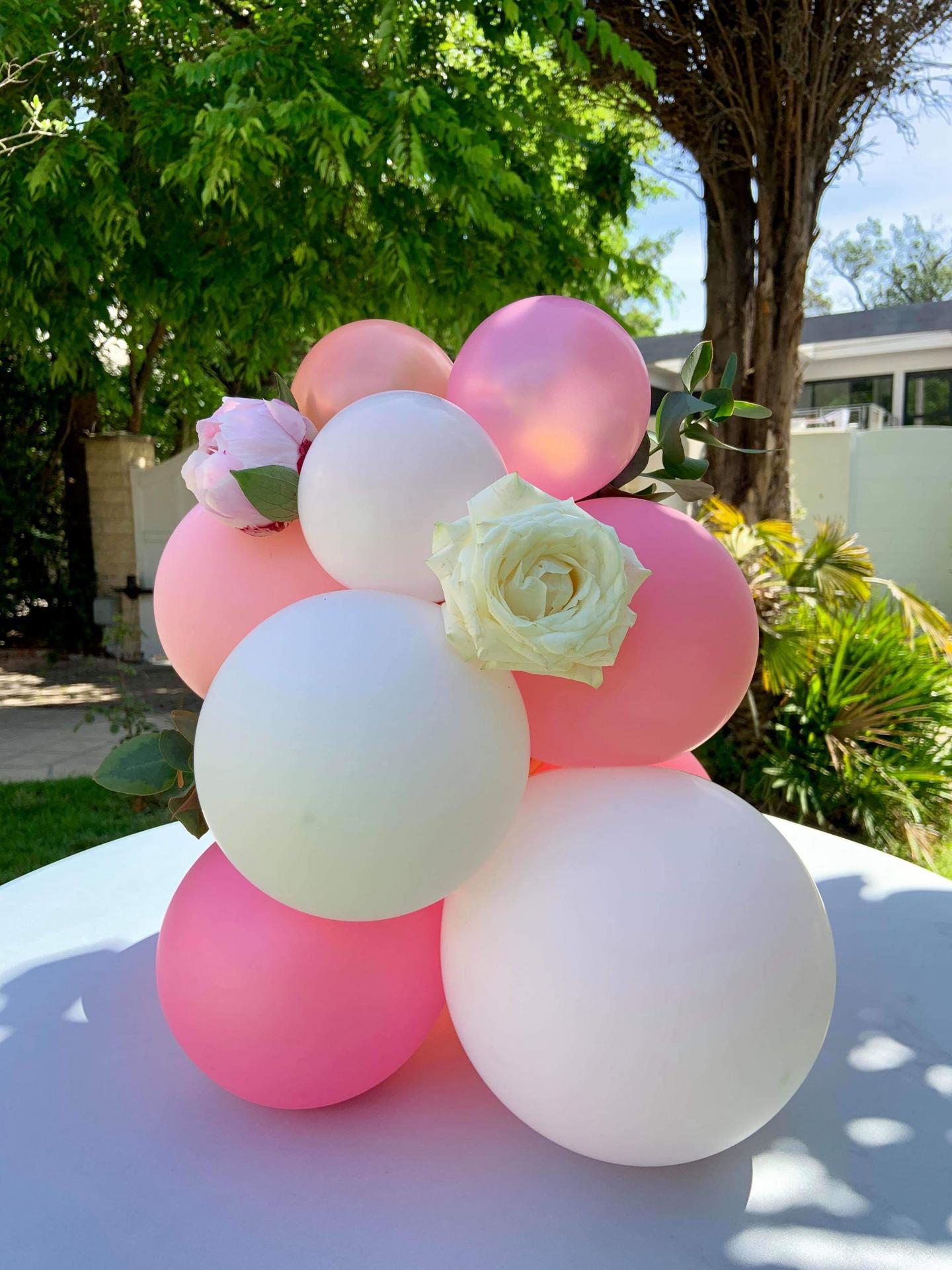 Fleurs et ballon en décor de buffet