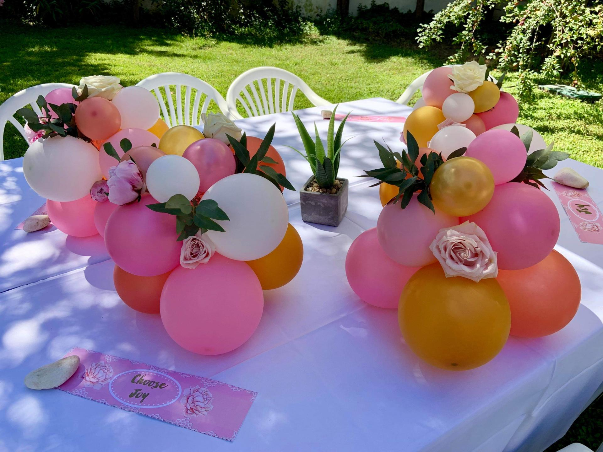 Centre de table en ballons et fleurs