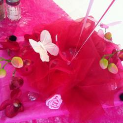 Déco de table Mariage pétales de roses et papillons