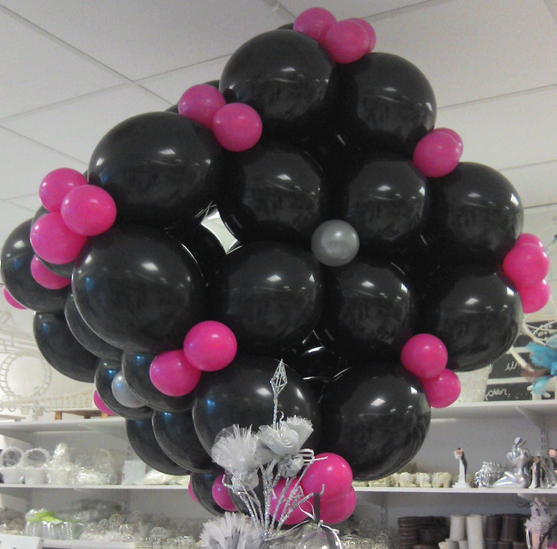 Ballons assemblés en cube 3D