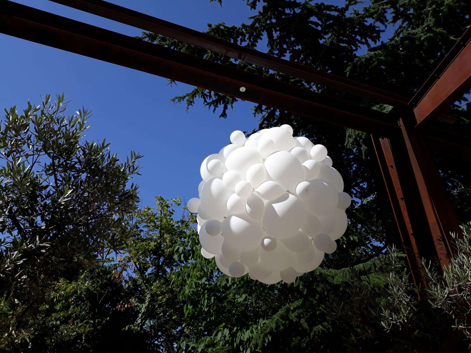 Sphère ballons blancs mariage