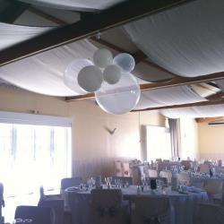 Cascade de gros Ballons blancs et transparents
