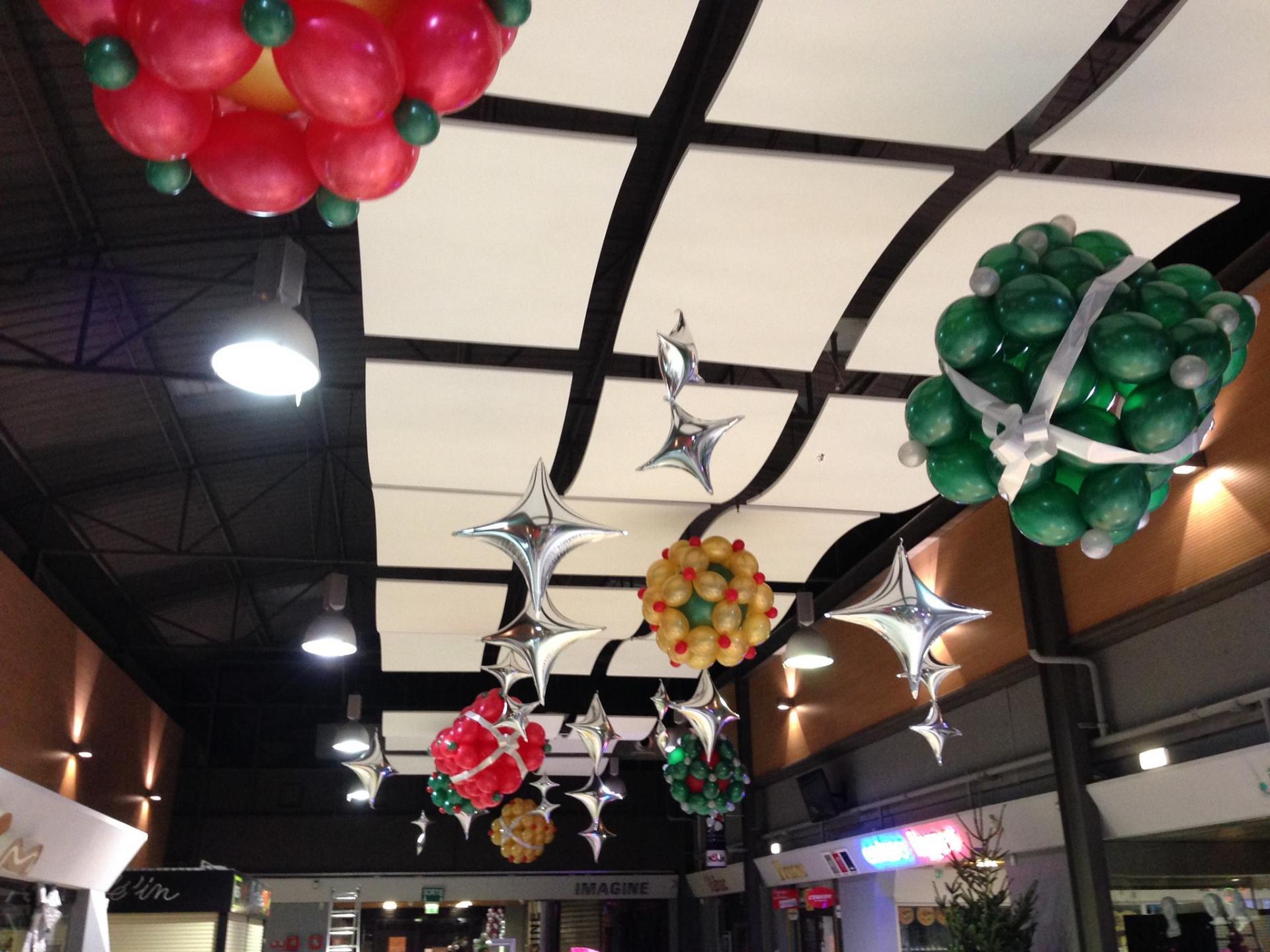 Décoration ballon Noël galerie marchande