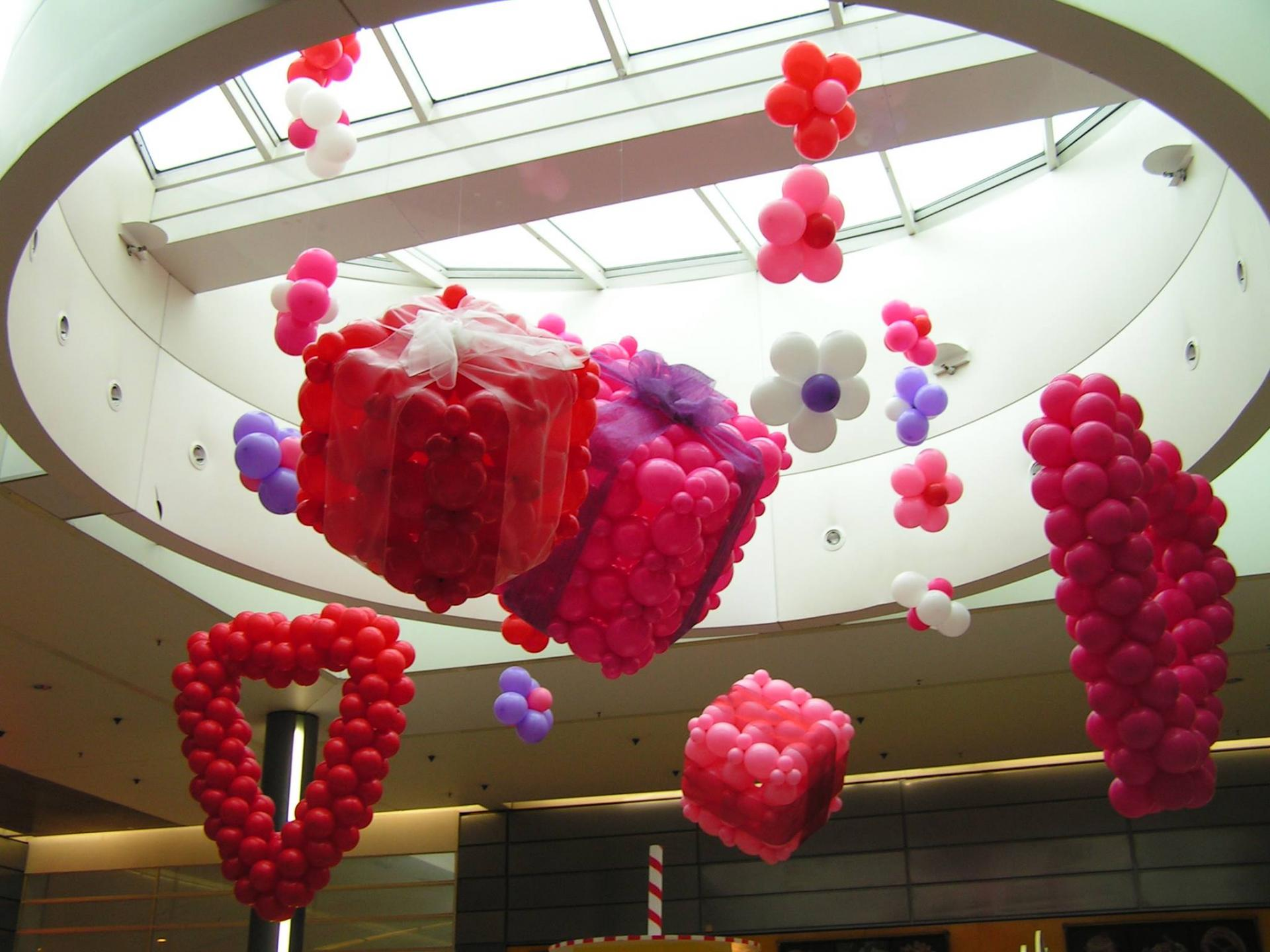 D coration ballons centres commerciaux galeries marchandes for Decoration porte st valentin
