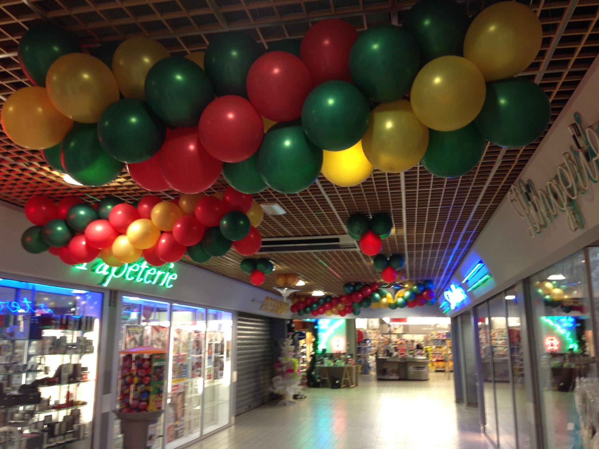 Décoration Ballons Noël galerie marchande