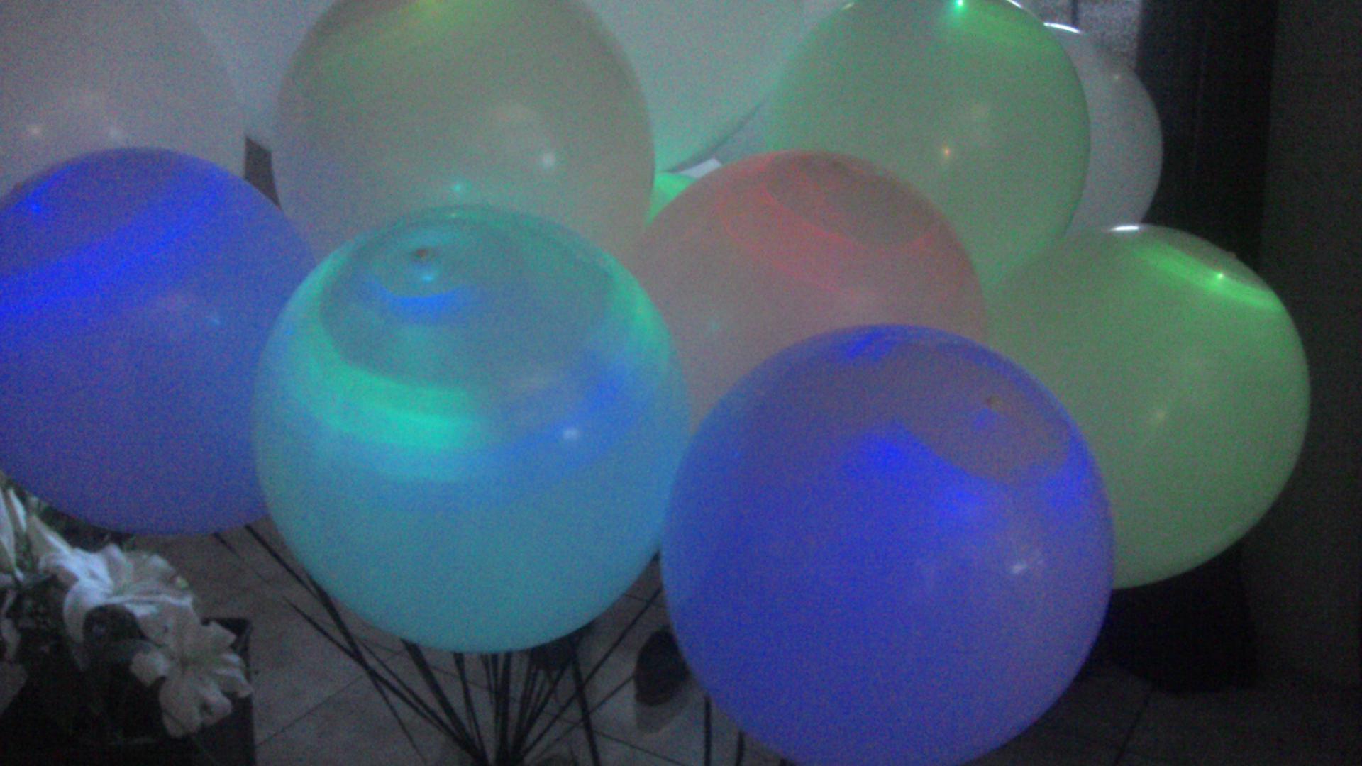 Ballons lumineux assemblés en bouquet