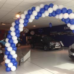 Arche en ballons entrée concession Dacia Nîmes