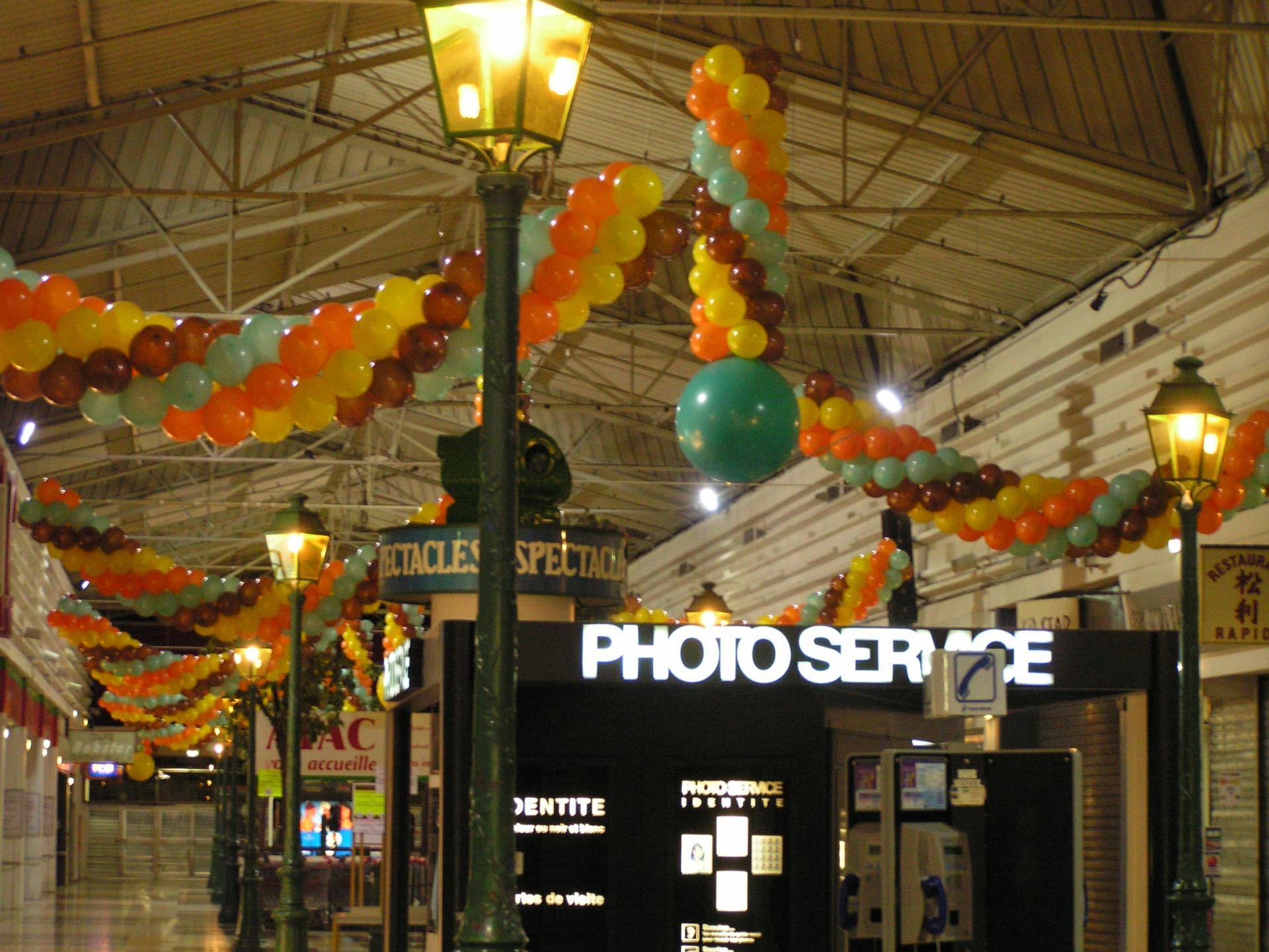 Colonnes de ballons centre commercial
