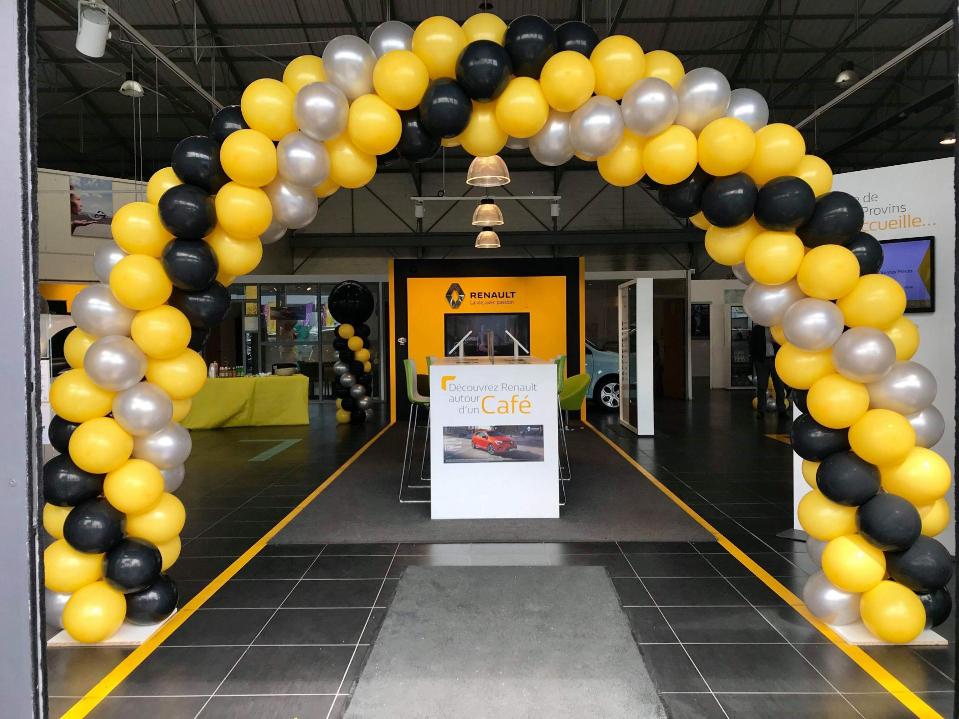 Arche réalisée en ballon Hall Renault