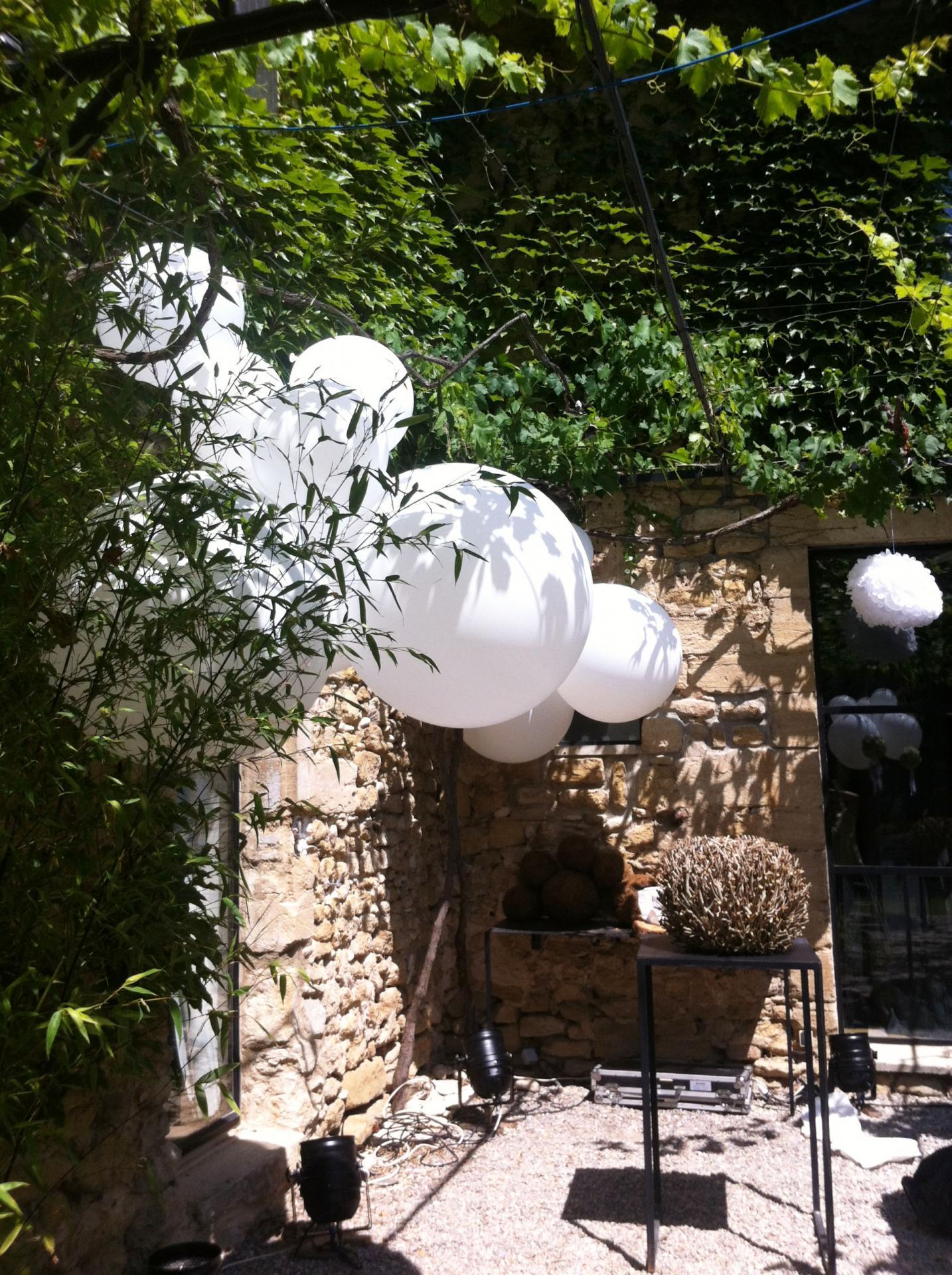Décoration Ballons Mariage cascade de gros ballons