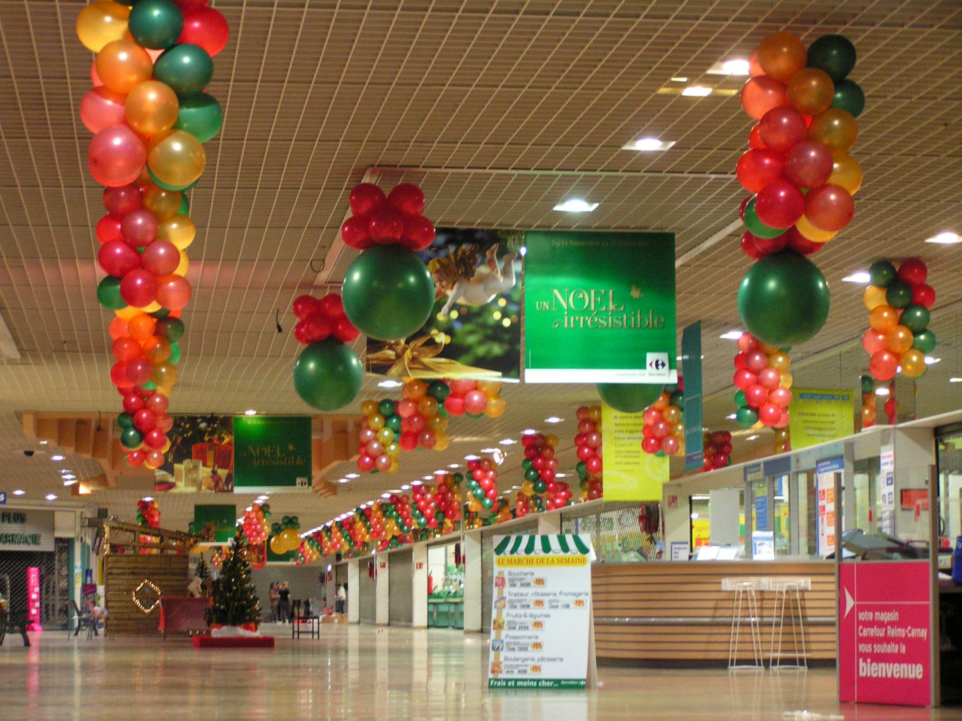 Décoration Ballons de Noël galerie marchande Carrefour